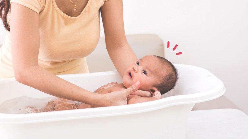 Cara Memandikan Bayi Baru Lahir dan Penyebab Bayi Demam di Kepala.jpg