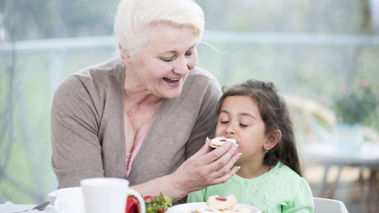 Cara Menghadapi Kakek-Nenek yang Manjakan Cucu-1.jpg