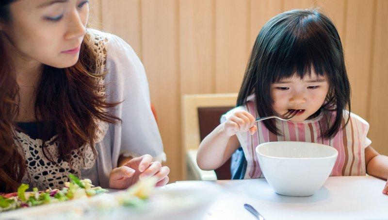 Cegah Balita Keracunan Makanan Saat Traveling Dengan 5 Cara Ini 1.jpg