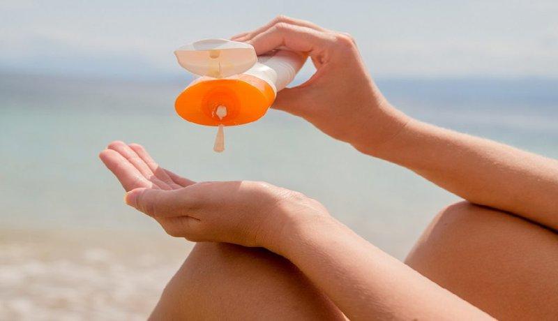 jangan lupa memakai sunscreen untuk mencegah payudara kendur