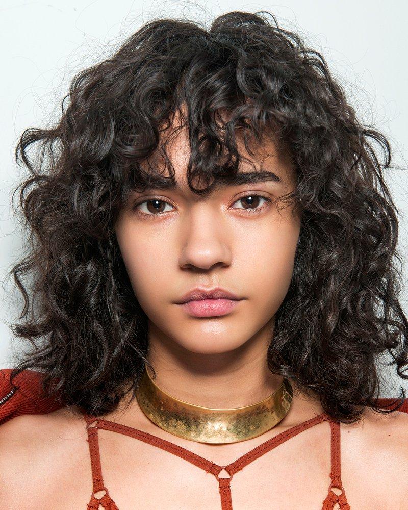 Curly Bangs Model Rambut Hits 2019 yang Layak Dicoba -3.jpg