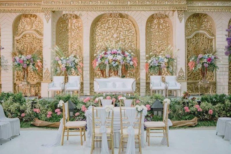 Dekorasi Pernikahan Modern Bertema Gold