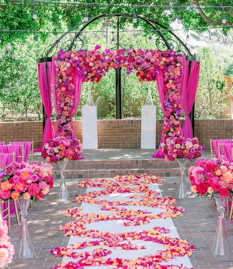 Dekorasi Pernikahan Simpel Merah Muda