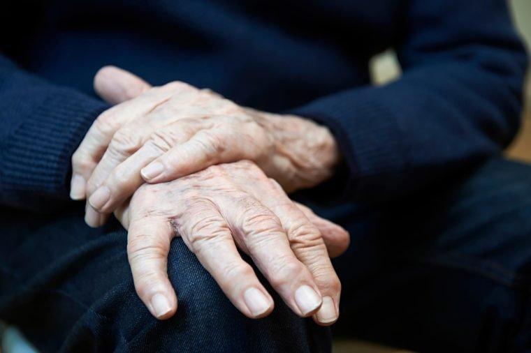 Gejala Penyakit Parkinson - 5 - Tremor - shutterstock.jpg
