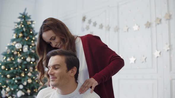 memberikan hadiah mendadak bisa jadi ciri-ciri istri yang selingkuh