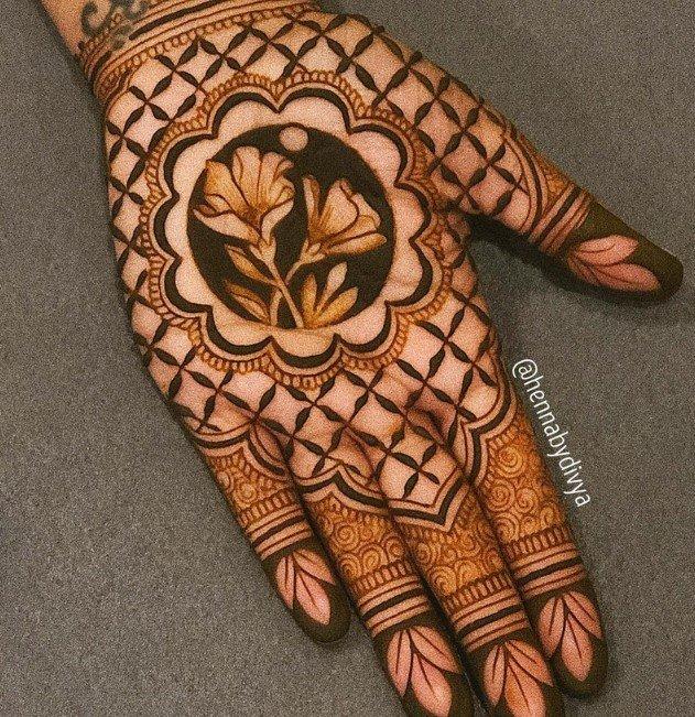 Desain Henna Pendek untuk Tangan Depan