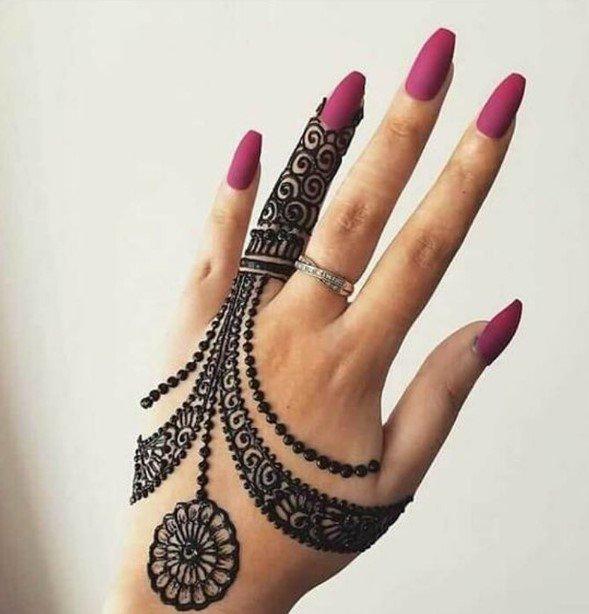 Desain Henna Pendek Lacey yang Rumit