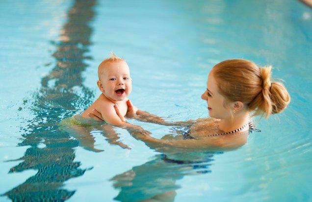 Ini Lho Manfaat Mengajarkan Bayi Berenang -3.jpg