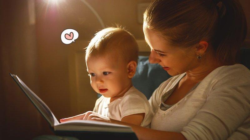 membacakan buku untuk bayi