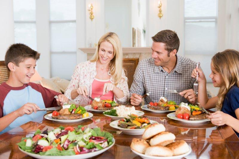 Jangan Diremehkan, Ini 5 Manfaat Makan Bersama Keluarga di Rumah 04.jpg