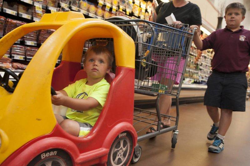 Jangan Takut Jatuh, Ini 4 Cara Agar Anak Aman Duduk di Troli Belanja Supermarket  04.jpg