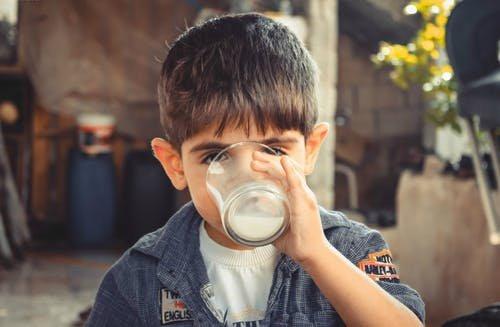 anak minum susu kedelai-3