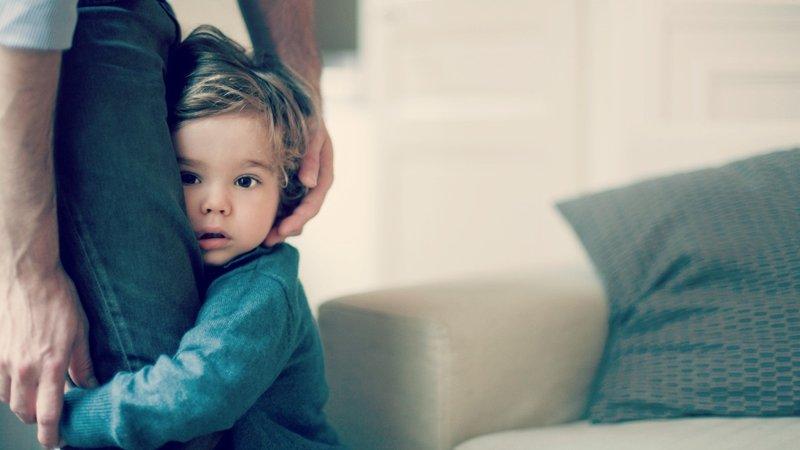 Jika anak ingin menempel terus padahal Moms harus melakukan hal lain… (2).jpg