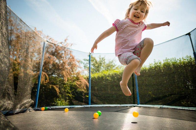 bermain trampolin