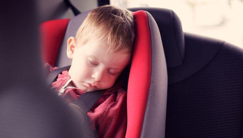mencegah anak mual saat naik mobil