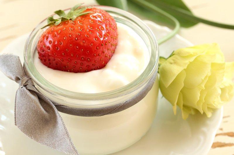 Masker wajah alami kulit jerawat - masker stroberi yoghurt.jpg