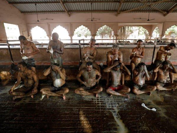 Masyarakat India Lumuri Badan dengan Kotoran Sapi.jpg