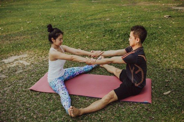 Mau Bermesraan Sambil Olahraga? Coba 5 Posisi Yoga Berpasangan Ini Dengan Dads 4.jpg