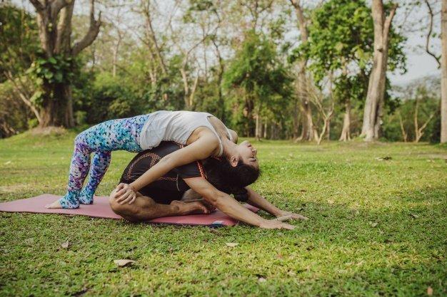Mau Bermesraan Sambil Olahraga? Coba 5 Posisi Yoga Berpasangan Ini Dengan Dads 5.jpg