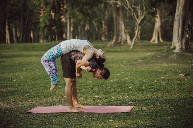 Mau Bermesraan Sambil Olahraga? Coba 5 Posisi Yoga Berpasangan Ini Dengan Dads 3.jpg