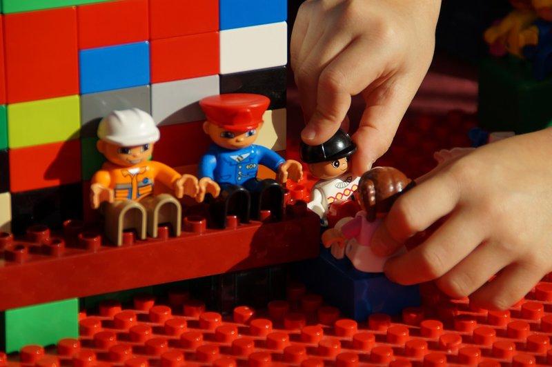 manfaat bermain lego Melatih Kerja Sama dalam Tim.jpg