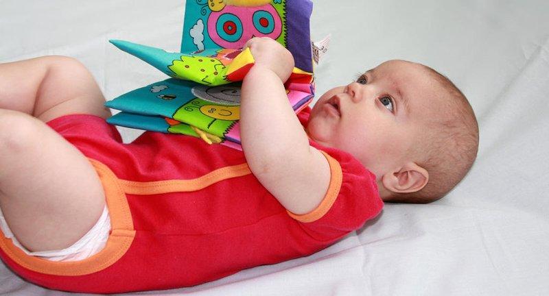Meletakkan Mainan Di Dada Bayi.jpg
