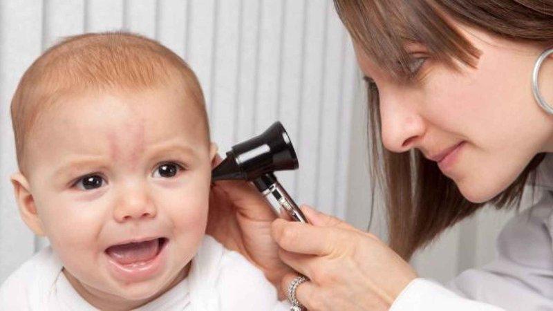 Membedakan Penyebab Telinga Bayi Bau.jpg