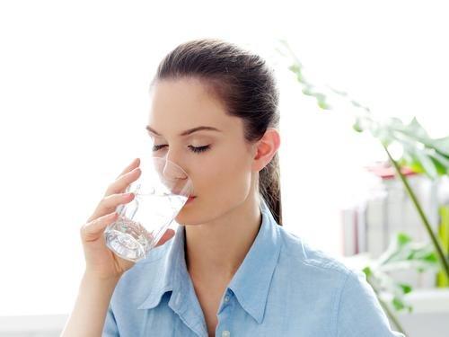 Mengatasi Sakit Perut Menstruasi - air putih.jpg