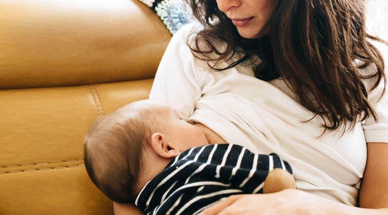 Merawat bayi perut kembung - posisi menyusui.jpg
