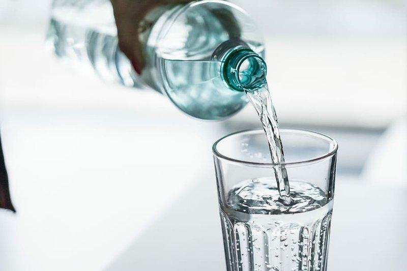 cara mengatasi bibir kering-minum air