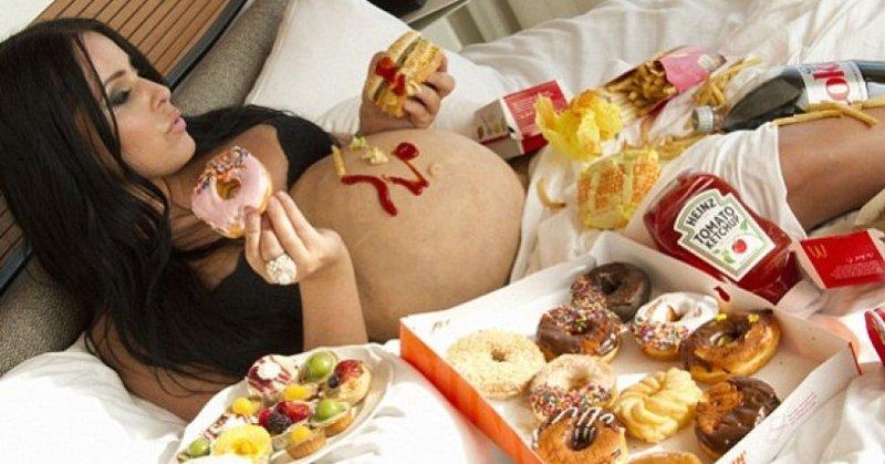 Makan dalam Porsi Banyak - Mual dan Mulas Selama Hamil Ini 5 Penyebab Umum Dispepsia pada Ibu Hamil 02.jpg