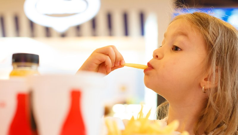 Pengaruh Negatif Media Sosial Pada Kebiasaan Makan Anak 2.jpg