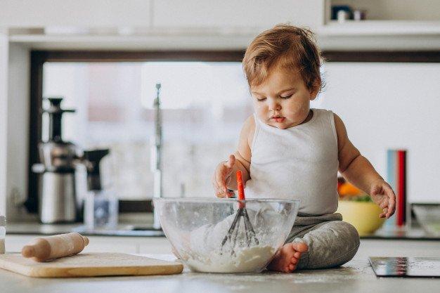 Perkembangan Bayi 19 Bulan koki masak.jpg