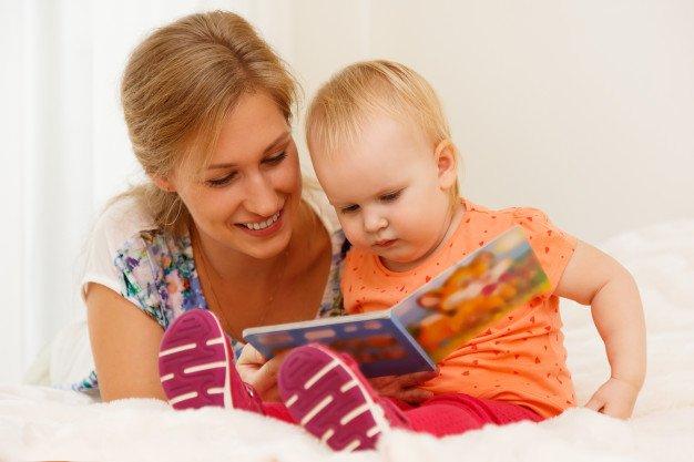 Perkembangan Bayi 6 Bulan membaca.jpg