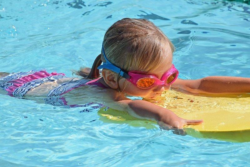 menjaga kebersihan kolam renang plastik