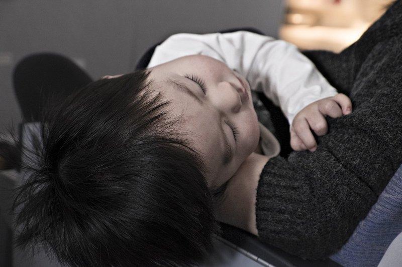 """Penyakit yang Bisa Menular ke Bayi dari Ciuman Orang Dewasa Meskipun tergantung kondisi kesehatan gigi ibu, kebiasaan menggosok gigi,  serta faktor lain, penyakit dapat. menular ke bayi dari ciuman.  Selain kecupan, menggunakan alat makan yang sama rentan menularkan penyakit KW: penyakit menular ke bayi dari ciuman  Bukan rahasia lagi ya Moms, ciuman orang dewasa dapat menyebabkan masalah kesehatan pada bayi. Bahkan sebuah penelitian di Finlandia menunjukkan, ciuman di bibir seorang ibu pada bayinya, dapat menyebabkan gigi karies pada anak kelak. Meskipun tergantung kondisi kesehatan gigi ibu, kebiasaan menggosok gigi,  serta faktor lain, penyakit dapat. menular ke bayi dari ciuman. """"Karies gigi adalah penyakit menular dan faktorial multi-faktorial yang secara signifikan dipengaruhi oleh perilaku kesehatan. Streptococci mutans (MS) adalah agen infeksi yang paling kuat terkait dengan karies gigi, dan reservoir signifikan dari mana anak-anak mendapatkan organisme ini adalah ibu mereka.""""   Demikian kutipan peris"""