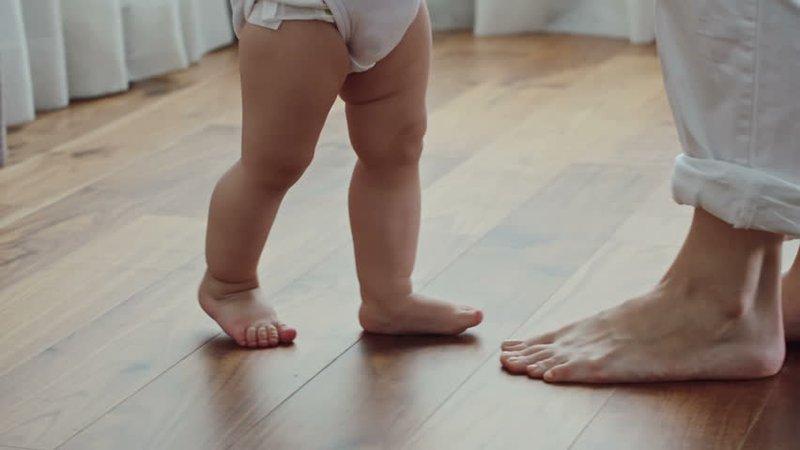 Pro dan Kontra Tentang Membiarkan Bayi Telanjang Kaki -1.jpg