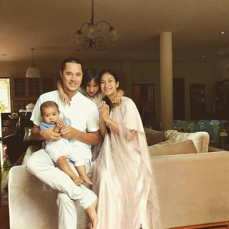 Rayakan Hari Jadi Pernikahan, Ini 9 Foto Kekompakan Keluarga Happy Salma dan Tjokorda Bagus 09.jpg