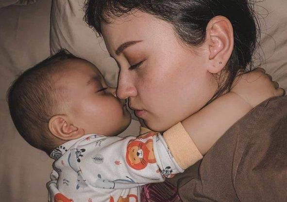 Rayden Akbar sedang tidur bersama mama.jpg