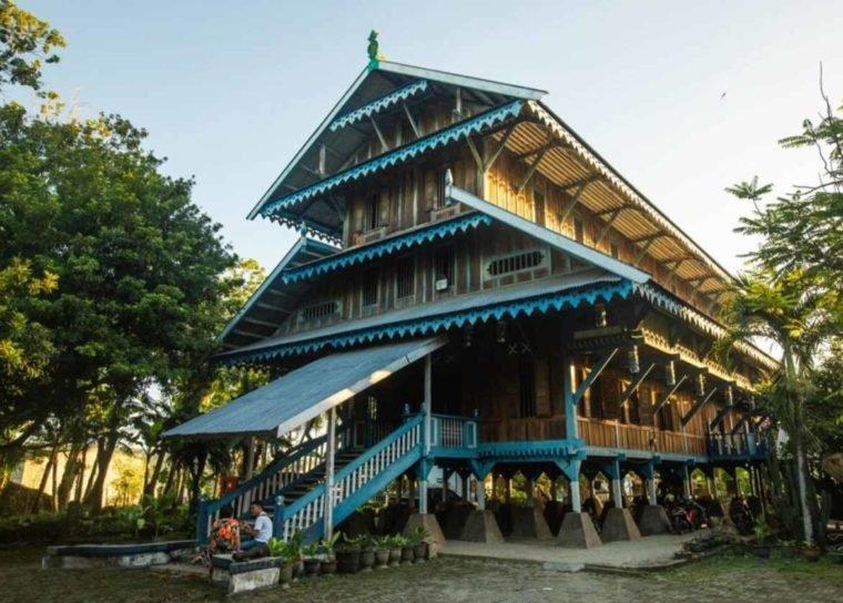 Rumah Adat Banua Tada.jpg