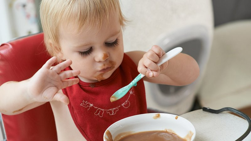 Saatnya Berhenti Menyuapi Anak, Ini Manfaat Si Kecil Makan Sendiri 1.jpg