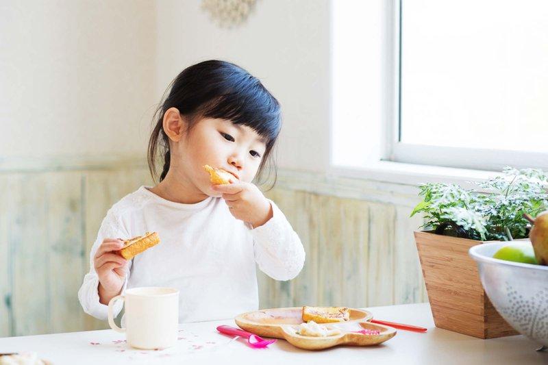 Saatnya Berhenti Menyuapi Anak, Ini Manfaat Si Kecil Makan Sendiri 4.jpg