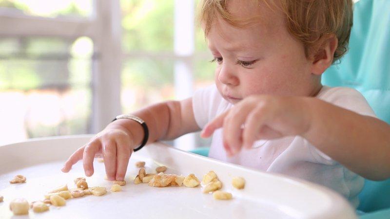 Saatnya Berhenti Menyuapi Anak, Ini Manfaat Si Kecil Makan Sendiri 2.jpg