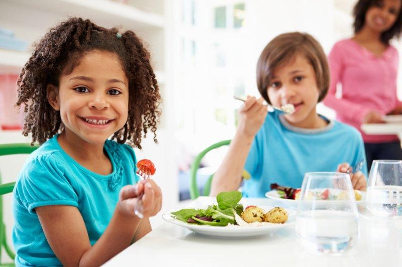 Saatnya Berhenti Menyuapi Anak, Ini Manfaat Si Kecil Makan Sendiri 3.jpg