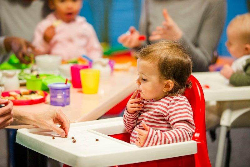Saatnya Berhenti Menyuapi Anak, Ini Manfaat Si Kecil Makan Sendiri 5.jpg