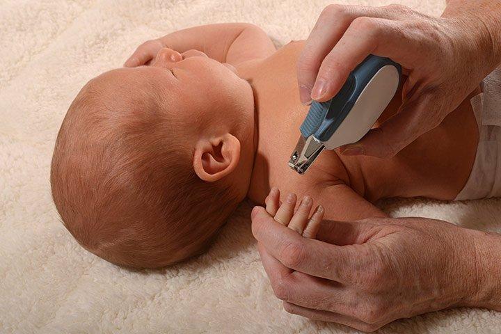 merawat kuku bayi