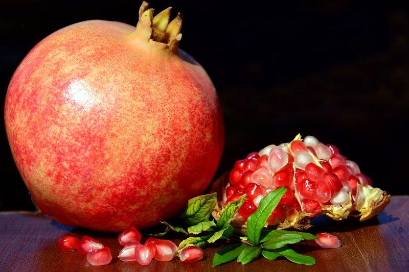 Selain Yoghurt, Ini 7 Cara Menghilangkan Keputihan dengan Bahan Alami buah delima.jpg