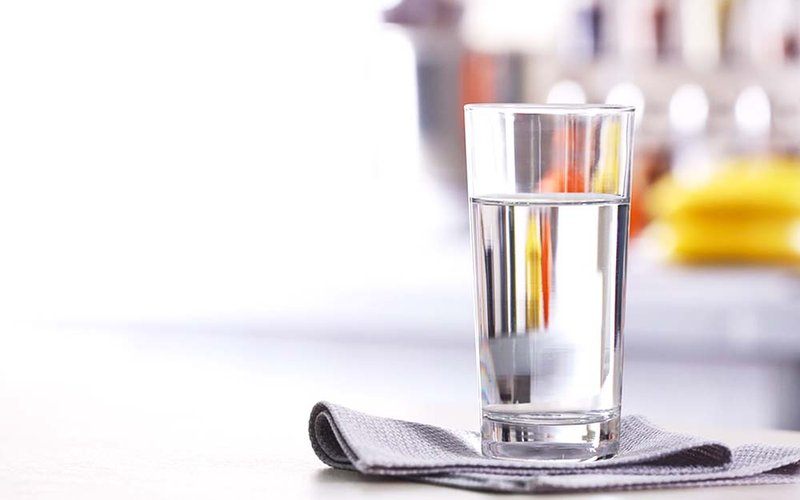 Soda dan Risiko Kanker yang Bisa Serang Tubuh - minum air putih.jpg