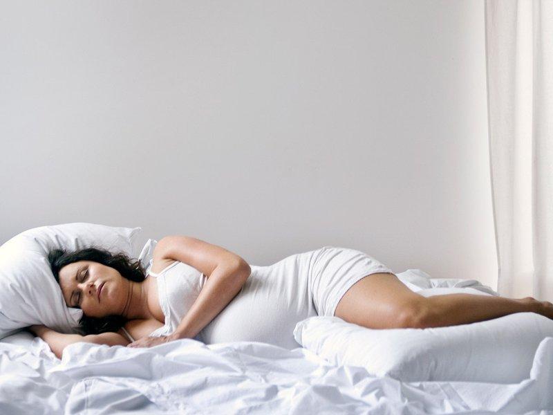 posisi tidur agar bayi tidak sungsang