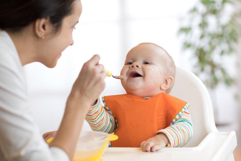 Tanda bayi siap mpasi - membuka mulut.jpg